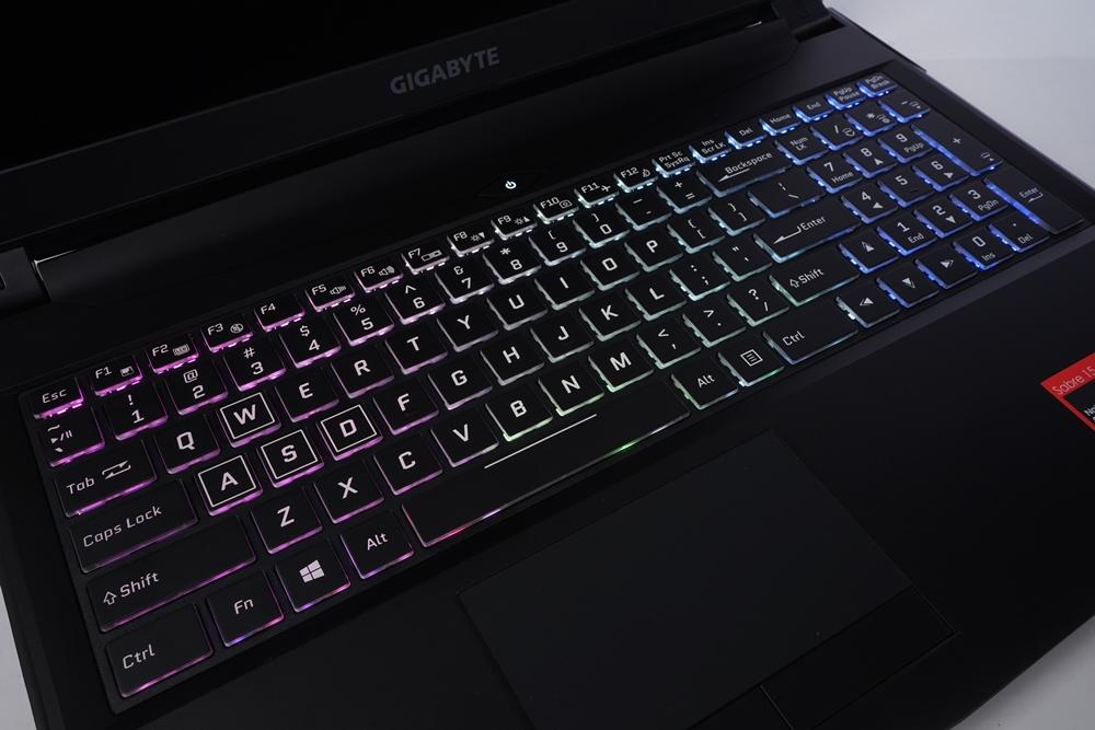 GIGABYTE 技嘉 SABRE 15 W8 笔记本电脑 评测